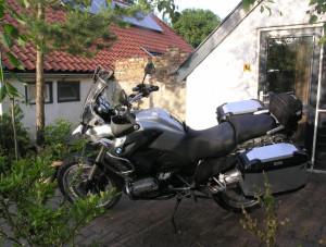 Met de motor door Groningen rijden en dan de ideale overnachtingsplek vinden.